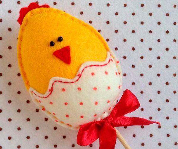 Такой цыпленок может стать украшением горшков с цветами. Также можно подарить такие сувениры детишкам на Пасху.