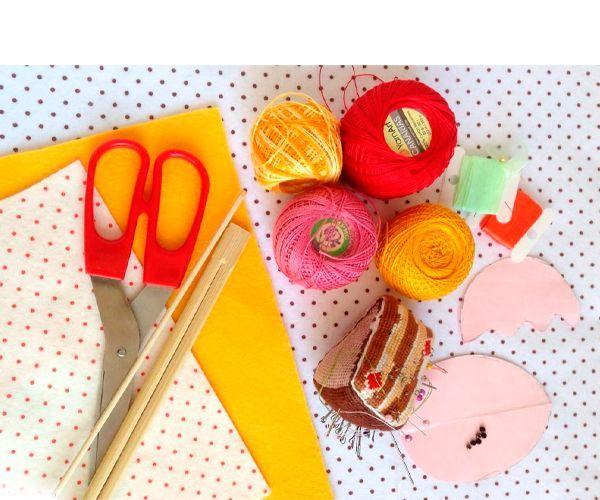 Для работы нам понадобится: желтый и белый фетр, ножницы, красная лента, нитки, иголка, бусинки для глаз, деревянная шпажка.