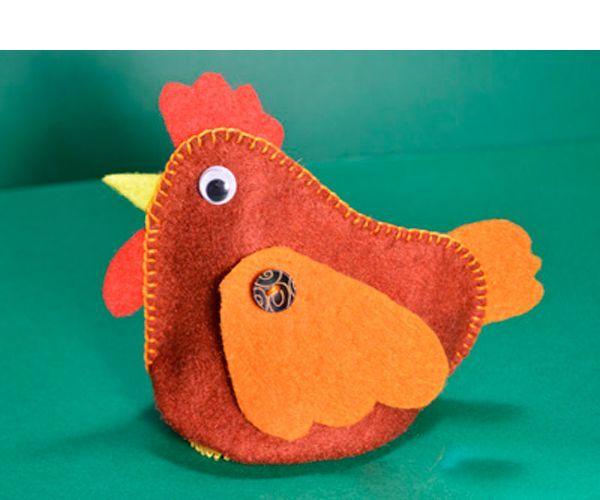 Курочка из фетра – поделка с секретом. Это мешочек, куда можно положить пасхальное яичко и подарить его кому-либо.