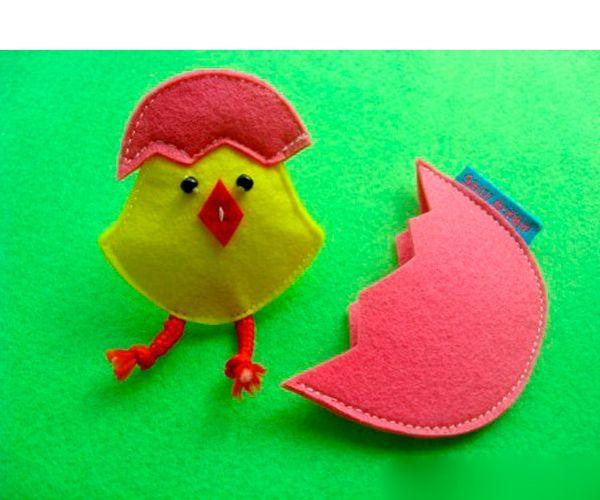 Для работы нам понадобятся:  фетр (желтый для цыплят и других цветов для скорлупы) красный шнурок или лента черные бусинки нитки, иголка, ножницы.