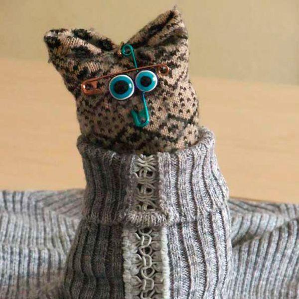 Исходные материалы:  старый свитер, пара теплых носков, ножницы, булавки, бусины-глазки, фантазия   10 минут времени.