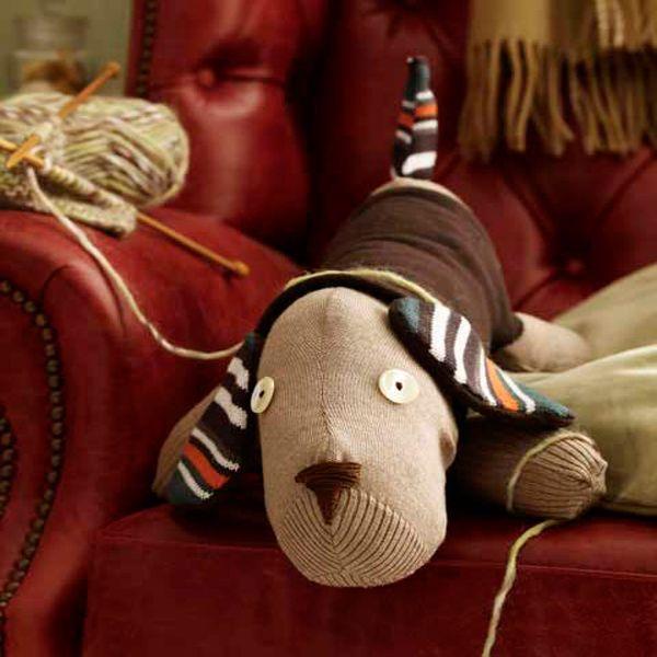 Нам потребуется: однотонный свитер, полосатый шарф, нитки, пуговицы, наполнитель, иголка.