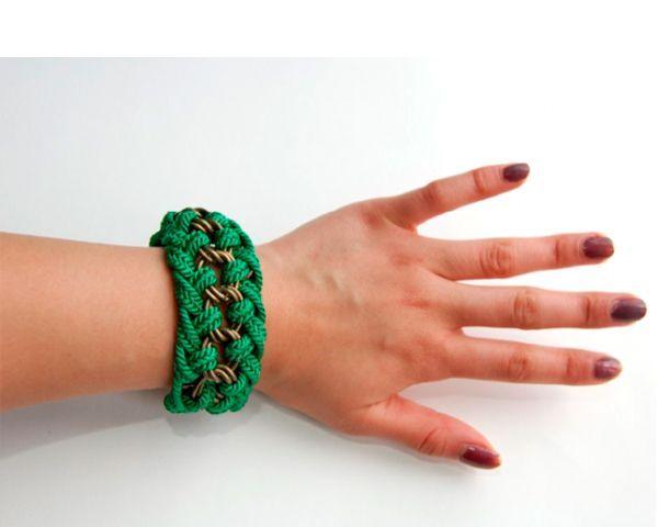Нам понадобится цепочка с крупными звеньями, шнур, пуговица, застежка, колечко, застежка, бесцветный лак для ногтей.