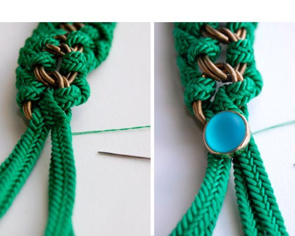 Когда цепочка будет оплетена с двух сторон, закрепм свободные концы шнура пуговицей с зажимом.