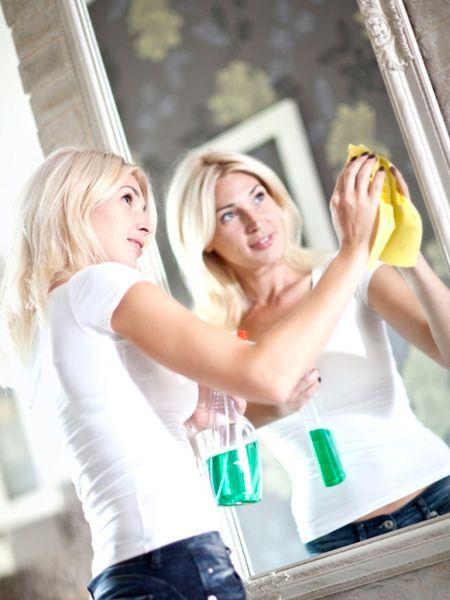 Приготовьте смесь из: мела или зубного порошка — 1ст л; уксуса — 1ст л; воды — 1ст. Разогрейте, дайте настояться 15-20 мин и слейте воду. Приготовленным «пюре» хорошенько потрите зеркало при помощи кусочка замши, тряпочки или газеты.