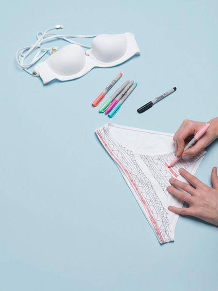 Несмываемыми маркерами нарисуйте на поверхности купальника желаемый рисунок. Лучше контур делать черным, а середину закрашивать цветным маркером.