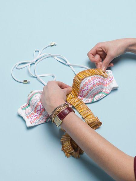 Когда весь купальник будет раскрашен, пришейте к нему оборку из ткани или полоску рюшей. Купальник готов!