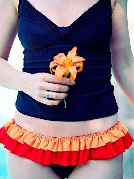 Чтобы декорировать плавки купальника оборкой, понадобится тонкая ткань двух цветов, гармонирующих между собой, ножницы, нитки, иголка и немного свободного времени.