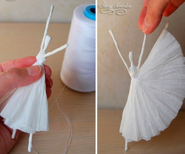 Туго перетягиваем нитью в области талии. Все. Балерина готова. Можно использовать ее как елочную игрушку или просто украсить ею помещение.