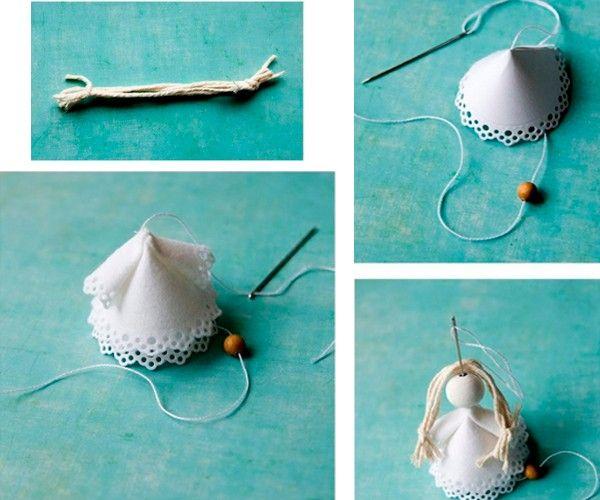 Из светлой пряжи делаем волосы, прикрепляем их к голове ангелочка с помощью нитки с иголкой.