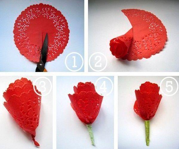 Чтобы сделать розу, разрезаем круглую салфетку по радиусу. Скручиваем ее, образуя цветок. Прикрепляем к стеблю из бумаги зеленого цвета.