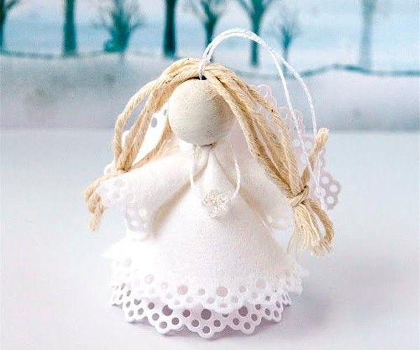 Чтобы сделать ангелочка, пригодятся такие материалы: бумажные плотные салфетки, деревянная бусина, нитки для волос, клей пва или силикатный, нитка, иголка.