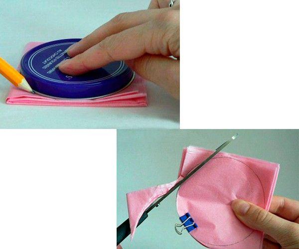 Салфетку складываем в четыре раза, рисуем на поверхности круг. Вырезаем его острыми ножницами.