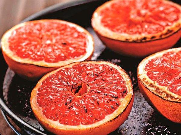 9. Запеченный грейпфрут. Грейпфрут разрезать пополам, срезав у каждой половины нижнюю часть для устойчивости. Положить на противень, сверху посыпать сахаром и запекать 7-8 минут.