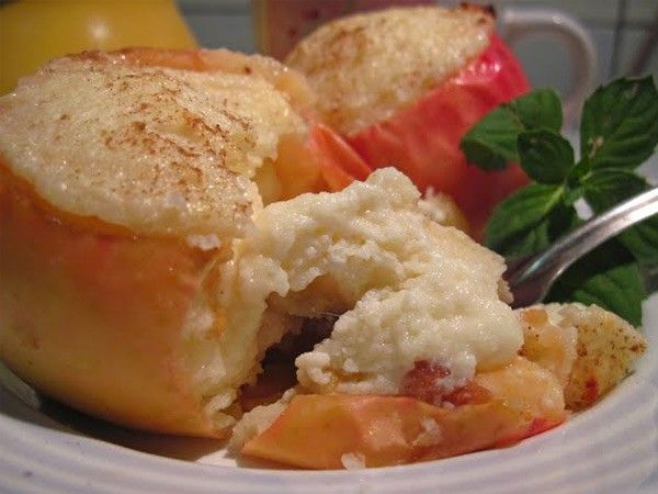 7. Печеные яблоки с творогом. Вырезать у яблок сердцевину, заполнить сладким творогом. Запечь в духовке. Можно присыпать грецкими орехами или шоколадом.