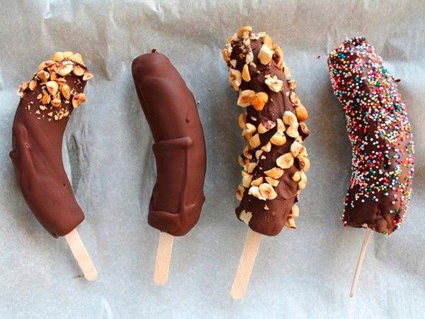 8. Бананы в шоколаде. Бананы наденье на палочки для мороженого. Окуните в растопленный шоколад, присыпьте орехами. Поставьте в холодильник до застывания шоколада.