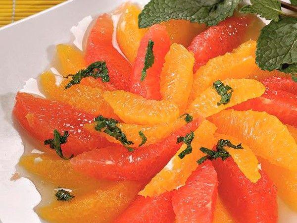 10. Десерт из апельсинов и грейпфрутов. Выложить дольки фруктов на блюдо. Измельчить мяту и смешать с апельсиновым соком и медом. Полить фрукты и поставить на 20 минут в холод.