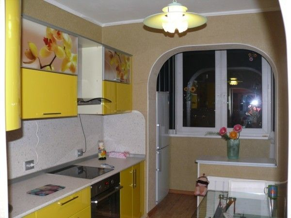 Интерьер кухни с балконом