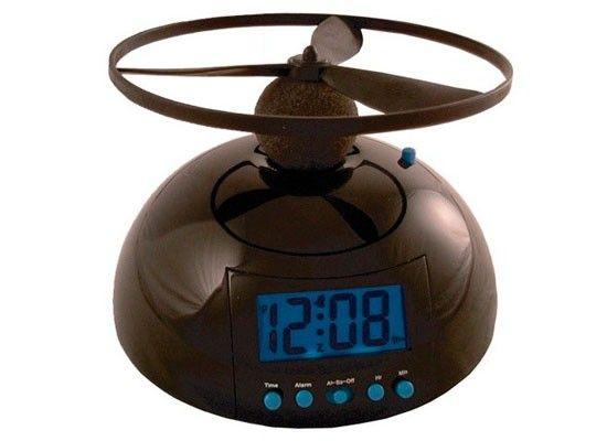 Чтобы выключить будильник под названием Blowfly, его сначала нужно поймать. А сделать это не очень-то просто, ведь он… умеет летать. Маленькое устройство имеет небольшой пропеллер, при помощи которого оно поднимается в воздух, когда приходит время вставать. При этом летающий будильник издает неприятный жужжащий звук, который поднимет с постели кого угодно.