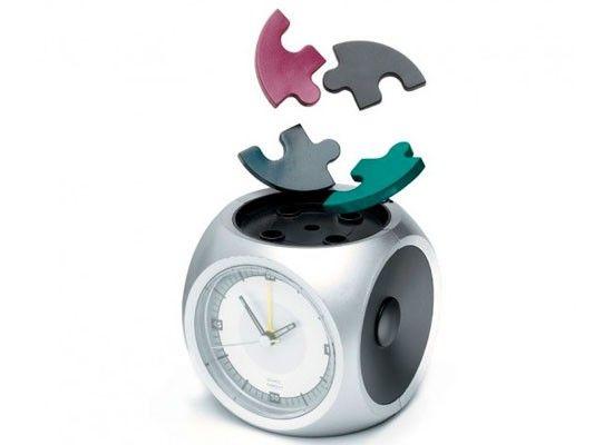 Самая новая разработка под названием Puzzle Alarm Clock (будильник пазл) довольно оригинальна: верхняя часть этого будильника состоит из небольшого пазла из четырех элементов. Когда будильник паззл начинает звонить, его кусочки пазл разлетаются в разные стороны. Единственный способ заставить будильник замолчать – встать с кровати, найти все элементы и правильно (что спросонья сделать не так-то просто) поместить на место.