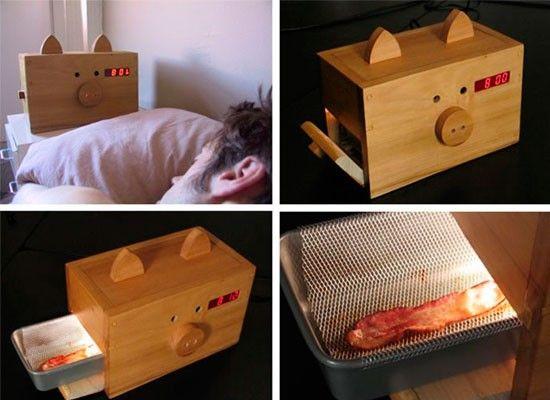 Как считаете, хороший завтрак достаточно весомая причина, чтобы проснуться пораньше? Тогда вам может понравиться будильник Wake n'Baсon. Он будит вас заманчивым ароматом бекона, перед которым просто невозможно устоять. Главное не забыть вечером положить в будильник замороженную полосу бекона, тогда утром, за 10 минут до желаемого времени, будильник начнёт готовить вам вкусный и ароматный завтрак.