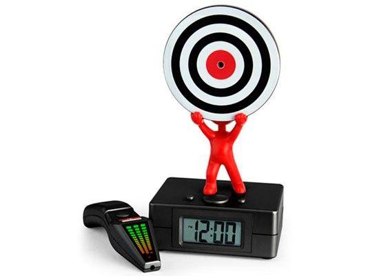 Будильник с незатейливым названием Laser Tag Alarm Clock состоит из двух частей: одна, главная, часы с установленной на них мишенью, вторая: стилизованная лазерная указка, с помощью которой, как вы уже наверное догадались, нужно попасть точно в яблочко.