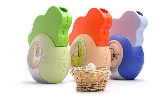 Этот будильник представляет собой гибрид курицы и петуха. Когда наступает время подъема, он будет вас громким кукареканьем. При этом он откладывает пять яиц в прилагаемую корзинку, остановить кукареканье можно только запихнув все яйца обратно в будильник.