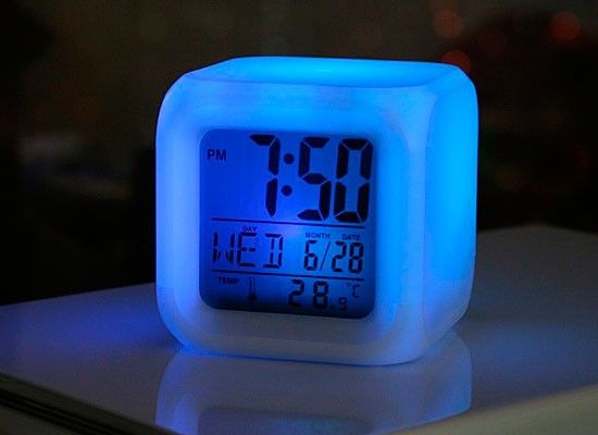 Замечали ли вы когда-нибудь, что долгое сидение за компьютером в офисе делает вас раздражительными и нервными? Если это так, то самое время позаботиться о каких-нибудь элементах интерьера, которые могут принести расслабление и избавление от стресса. В этом могут помочь антистрессовый будильник часы MoodiCare Clock. Его секрет в том, что они светятся приятным светом и постоянно изменяют цвет: с красного на фиолетовый, с голубого на зеленый и т.д. (всего семь цветов).