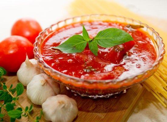 1. В разогретую сковороду налейте оливковое масло. Пассируйте чеснок до появления насыщенного аромата, добавьте две банки помидоров вместе с соком. Добавьте базилик в сковороду, перемешайте, готовьте еще две-три минуты, посолите и поперчите. Теперь измельчите соус либо с помощью погружного блендера, либо в кухонном комбайне.