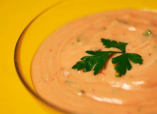 14. Перемешать майонез с кетчупом, добавить немного измельченного чеснока, зелени, грецких орех. Чеснок, зелень и орехи можно перемешать в блендере.
