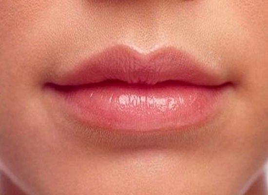 Кожа на веках и губах одинаково нежная и тонкая. Она нуждается в мягком уходе. Именно поэтому питательный крем для кожи вокруг глаз отлично подойдет и для смягчения губ.