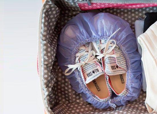 В поездке обувь можно удобно упаковать в шапочку для душа.