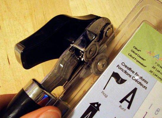 Обычную открывашку можно использовать для открывания этих ужасных пластиковых упаковок. Это позволит вам сэкономить время, а также ногти/ключи/и прочие нужные вещи, которыми мы обычно пытаемся открыть эти упаковки.