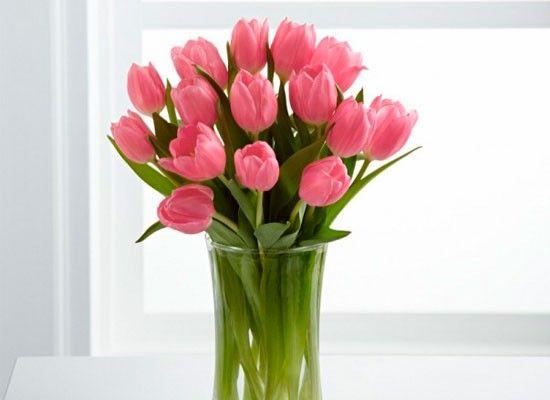 Чтобы цветы стояли дольше, капните в вазу несколько капель водки и чайную ложку сахара.
