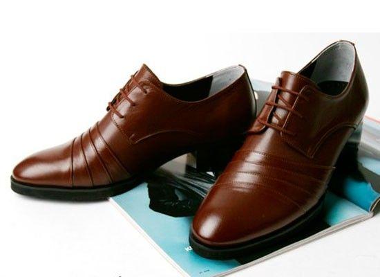 Кремом для тела можно чистить и обувь. Кожа на ней будет сиять! Плюс ко всему, жирные кислоты отталкивают влагу.