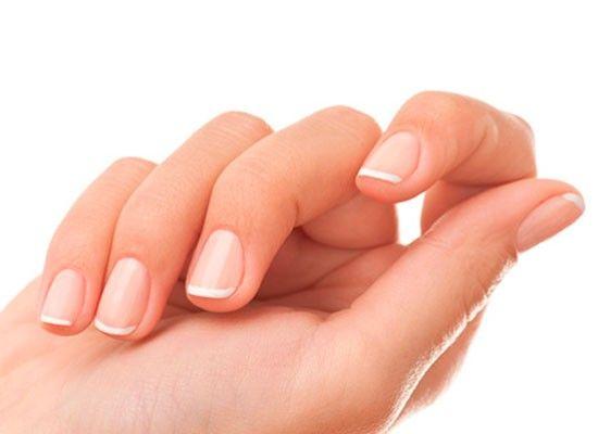 Ногти потеряли блеск и пожелтели? Отбеливающая зубная паста вернет им красоту, а вам хорошее настроение. Нет отбеливающей? Добавьте в обычную пасту капельку лимонного сока: эффект природного отбеливателя к вашим услугам!