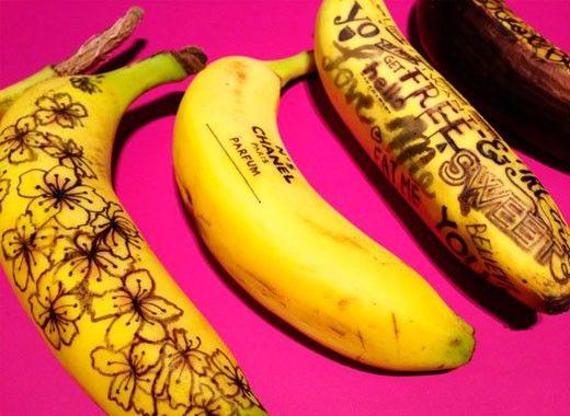 С помощью зубочистки можно нанести на бананы забавные рисунки.
