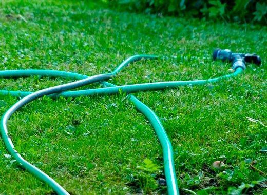 Если ваш садовый шланг внезапно прохудился, то до покупки нового он вам еще послужит. Найдите отверстие, из которого вытекает вода, и вставите туда зубочистку, а лишнюю часть отломайте. Деревянная зубочистка от влаги разбухнет и полностью закупорит дырку в шланге.