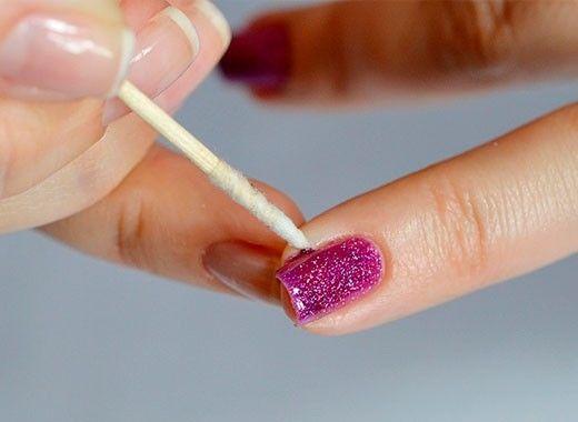 Воспользуйтесь зубочисткой в качестве корректора при самостоятельном нанесении лака на ногти. Накрутите небольшой кусочек ваты на кончик зубочистки, обмакните ее в жидкость для снятия лака и уберите излишки лака.