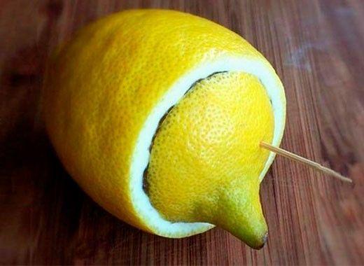 Чтобы разрезанный лимон не подсыхал, в качестве крышечки используйте отрезанную лимонную верхушку, закрепив ее на лимоне при помощи зубочистки.