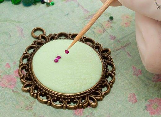 С помощью зубочистки легко приклеить мелкий декор к изделию.