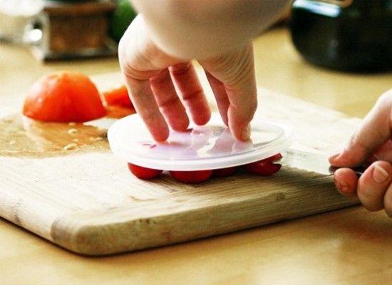 Сэкономьте время, чтобы нарезать помидоры черри.