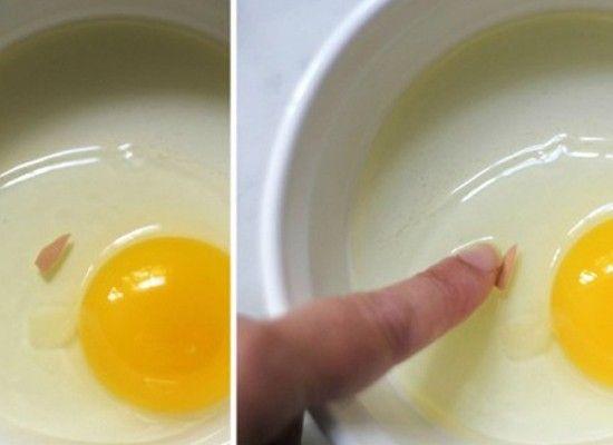 Чтобы легко убрать скорлупу, нужно просто намочить руки водой.