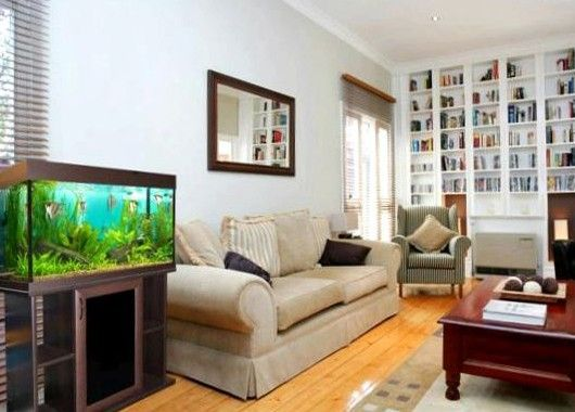 Интерьер гостиной с аквариумом