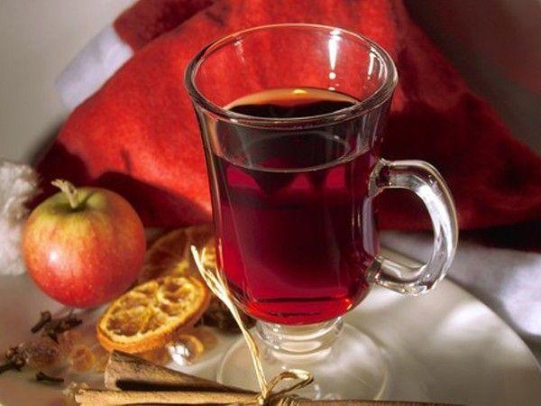 Негус. Четверть лимона нарежьте тонкими кольцами. В маленькой кастрюле с толстым дном смешайте воду, портвейн, сухое вино и сахар. Тщательно размешайте, добавьте лимон и щепотку мускатного ореха. Поставьте на умеренный огонь и, не доводя до кипения, сильно нагрейте.