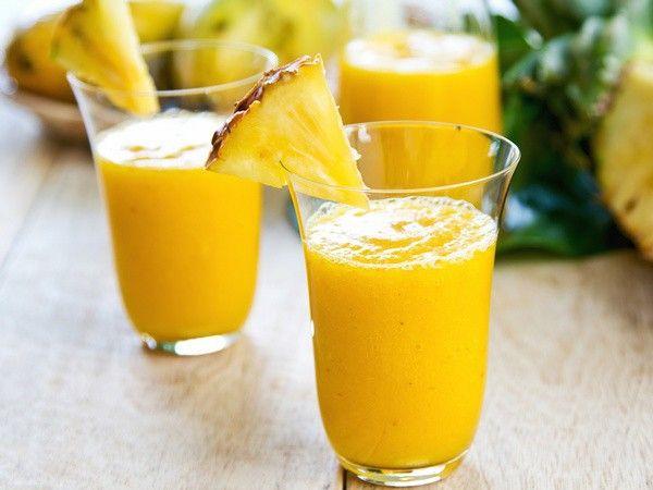 Фруктовий смузи. Выжать из апельсинов и грейпфрута сок. Бананы очистить и порубить. Сложить все ингредиенты в блендер, взбить до однородного состояния. Подавать, украсив цедрой и ломтиками апельсина и грейпфрута.