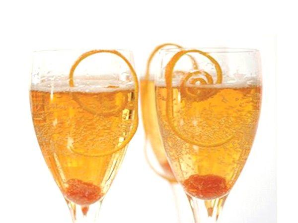 Апельсиновое шампанское. Бокал наполовину наполните апельсиновым соком и долейте шампанским.