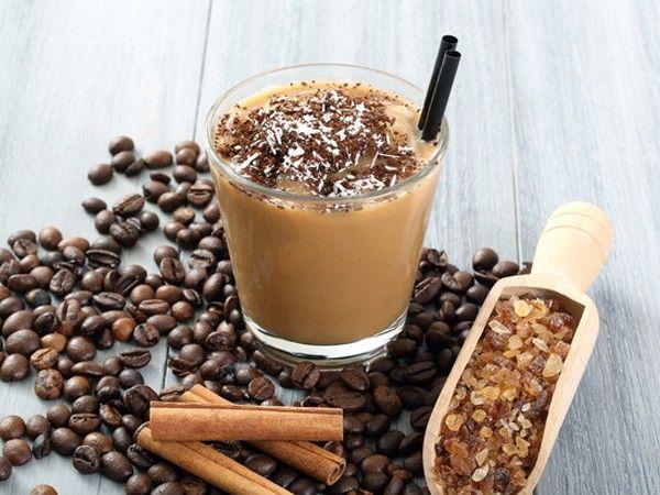 Кофейный коктейль. На пол стакана воды добавьте 2 столовые ложки кофе и 1 столовую ложку сахара. Заварите крепкий кофе и охладите. На водяной бане растопите 50 грамм шоколада, охладите. В блендер положите кубики льда, добавьте кофейный и шоколадный сиропы и молоко. Взбейте. Перелейте в охлажденные бокалы и густо посыпьте тертым шоколадом.