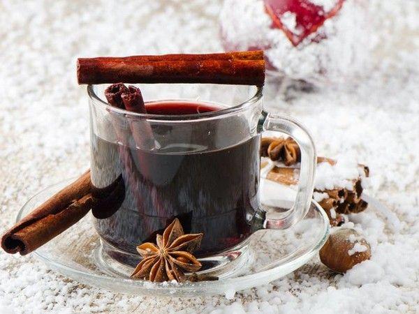 Глинтвейн с кофе и коньяком. Смешайте вино, кофе эспрессо (или просто крепкое кофе без гущи), коньяк или бренди, сахар и поставьте на умеренный огонь. Помешивайте, пока сахар не растворится. Доведите напиток до кипения и снимите с огня. Подавайте горячим.