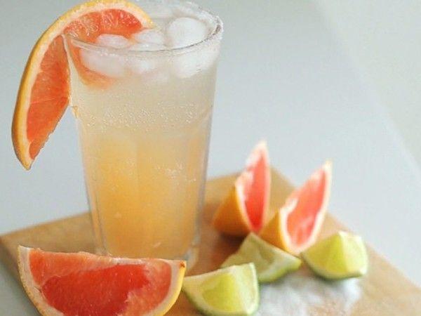 Палома. В бокал со льдом налейте текилу и грейпфрутовый сок. Плесните немного лаймового фреша. Долейте содовой. Украсьте долькой цитруса.
